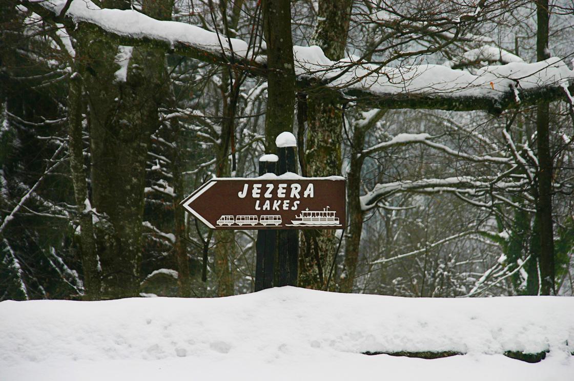 תמונות מנרניה או שמורת פליטויצה ביום שלג קר
